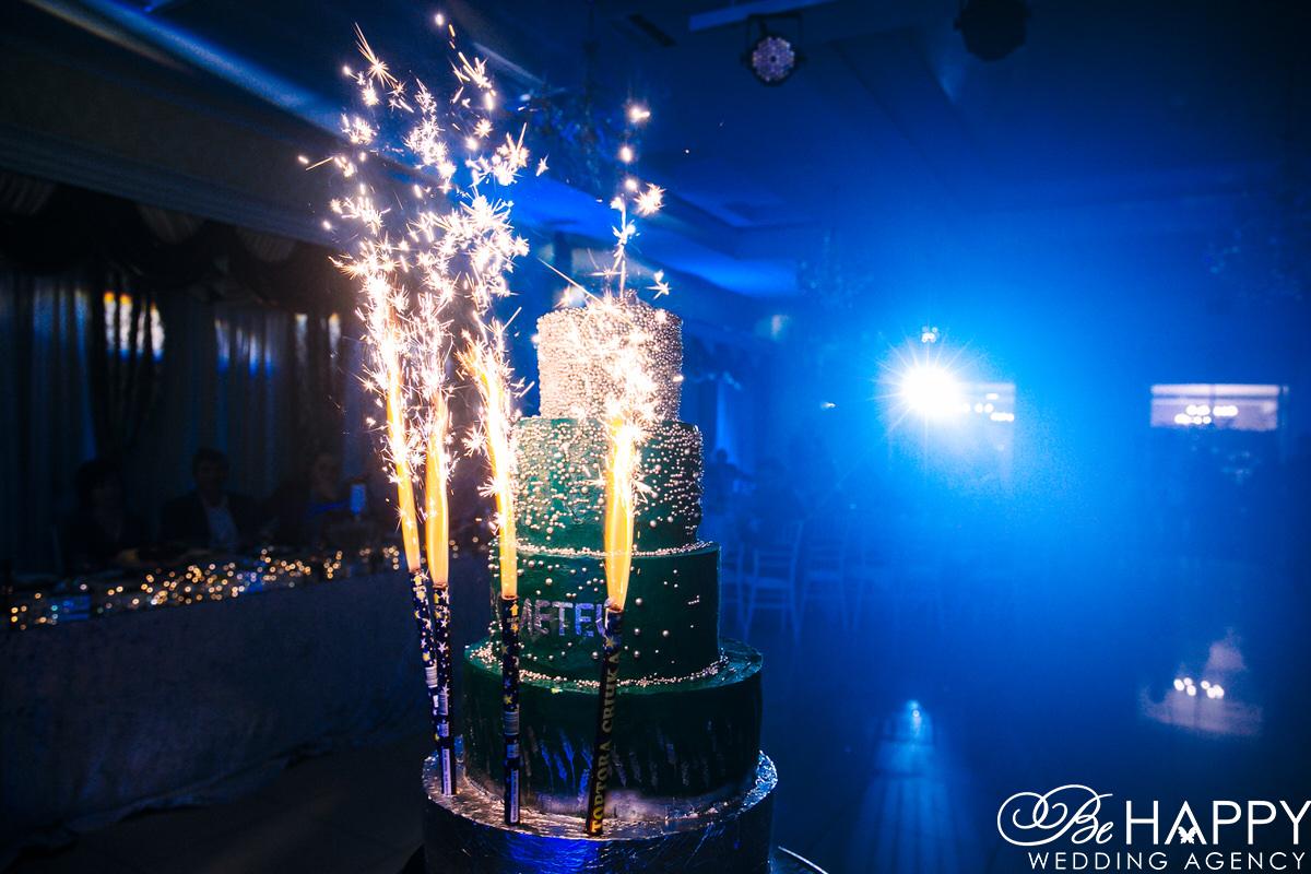 Фото праздничного торта с горящими фейерверками