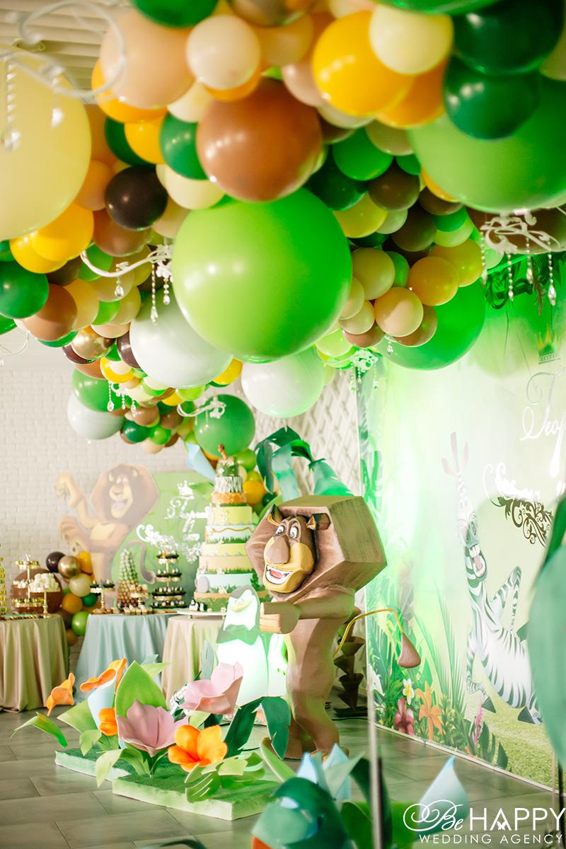 Декорации в стиле мультфильма Мадагаскар и разноцветные воздушные шары
