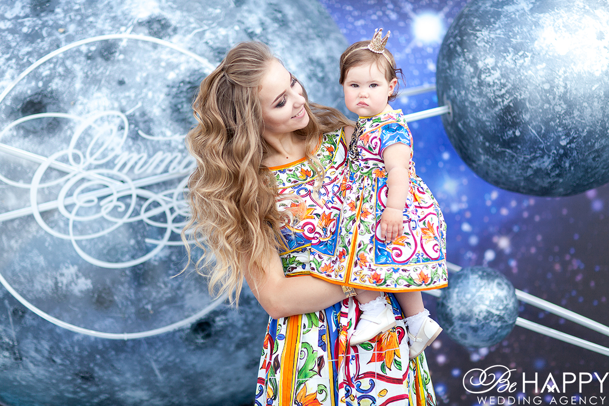 Фото мамы с девочкой на руках детский день рожденья
