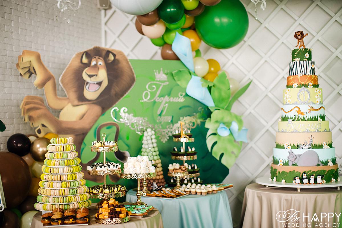 Кенди бар и праздничный торт на фоне декораций