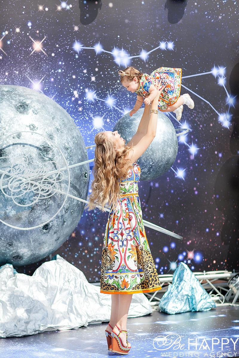 Фото мамы кружащей дочку в воздухе