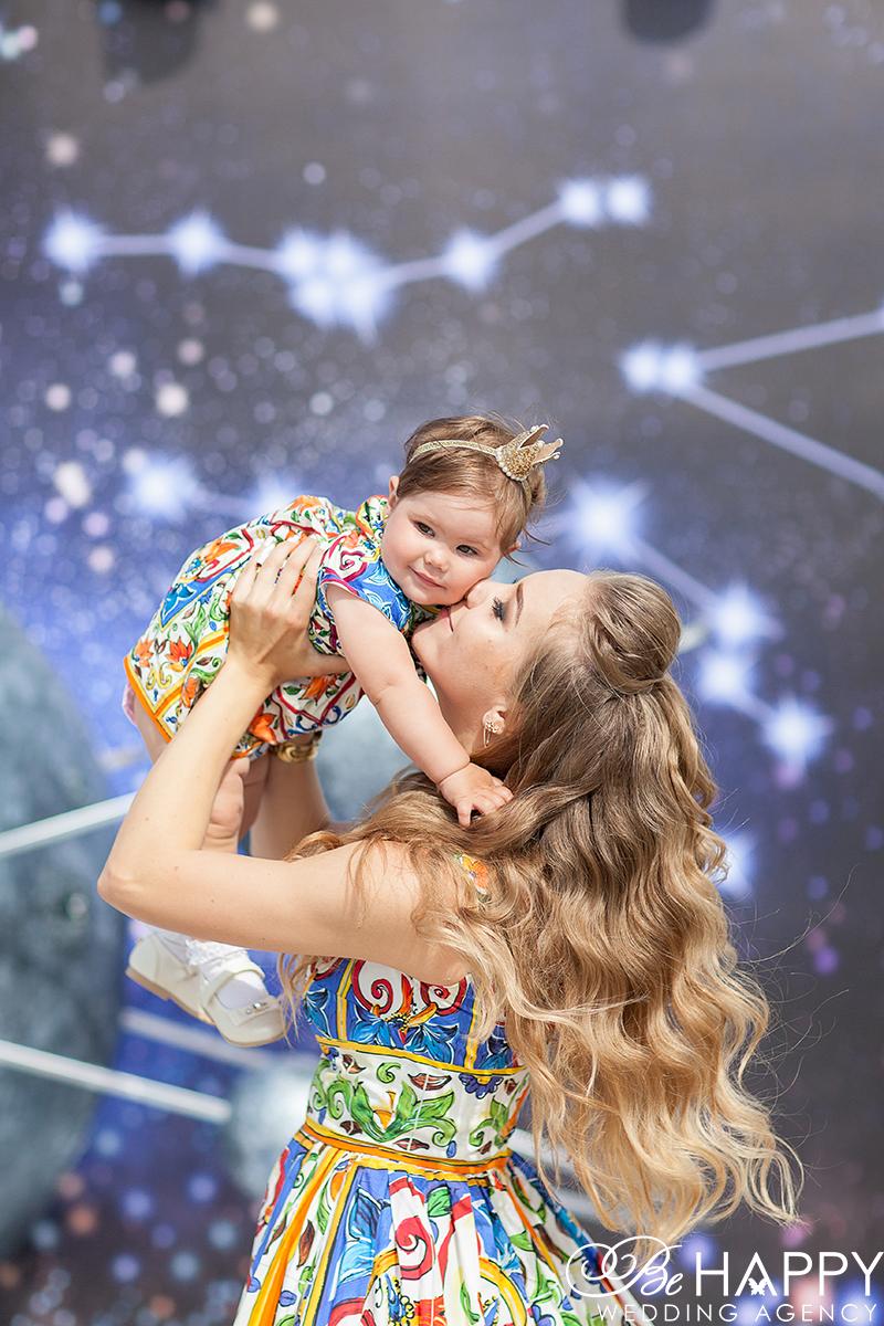 Мама целует маленькую дочку в щечку фотосессия детский день рожденья