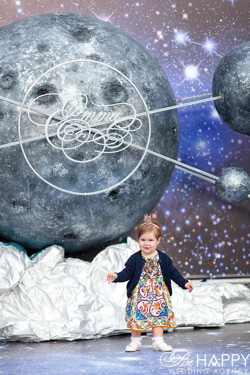Маленькая девочка на фоне космических декораций Би Хеппи декор Николаев