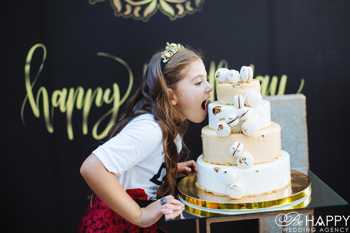 Фото девочки пытающейся откусить праздничный торт