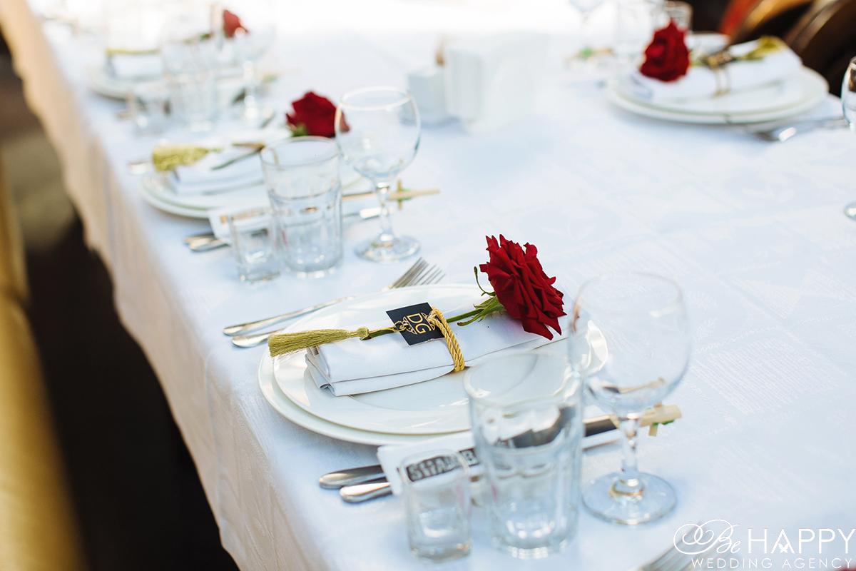 Сервировка банкетного стола и украшение красными розами