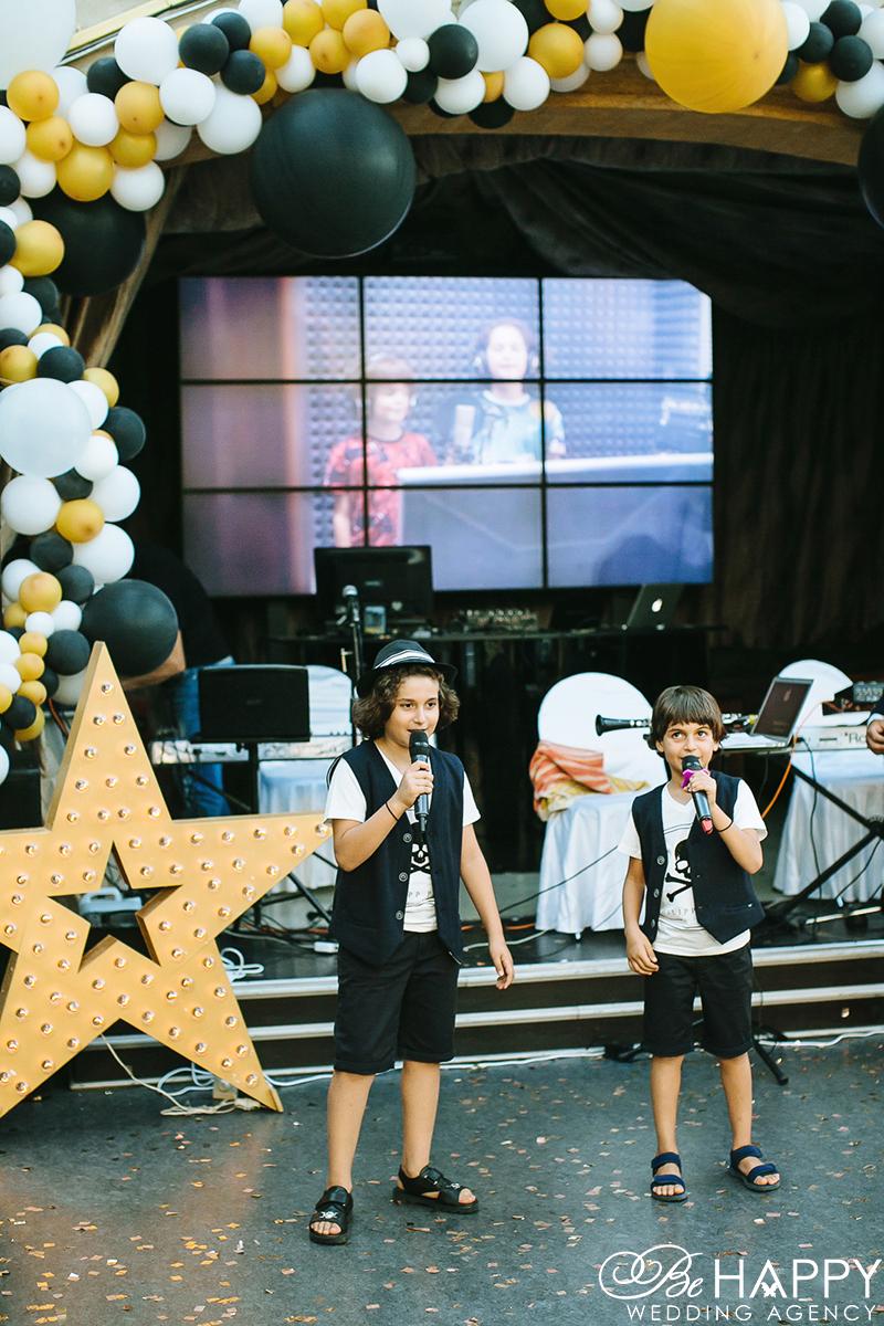 Фото детей с микрофонами возле сцены Николаев
