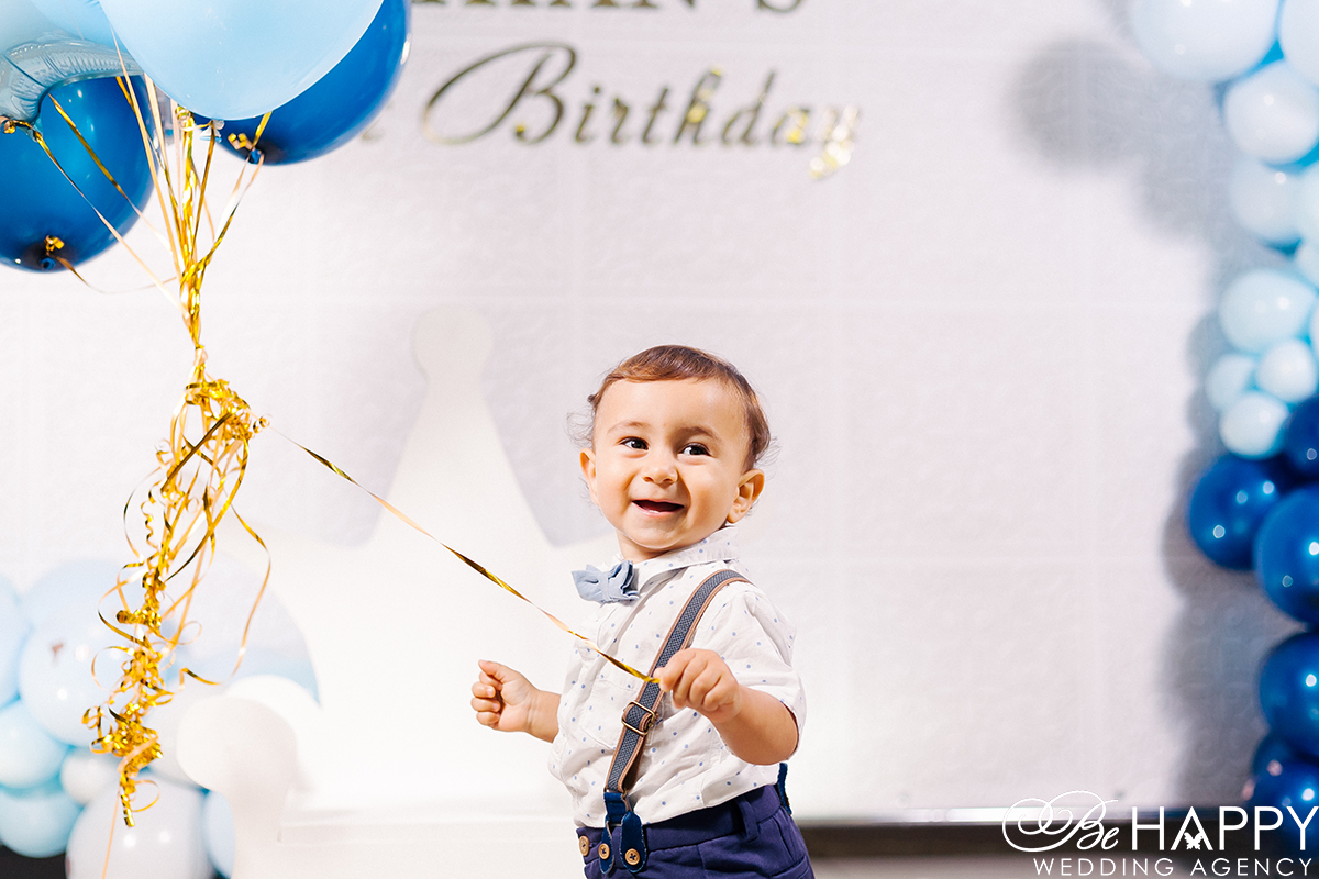 Фото смеющегося мальчика с воздушными шарами