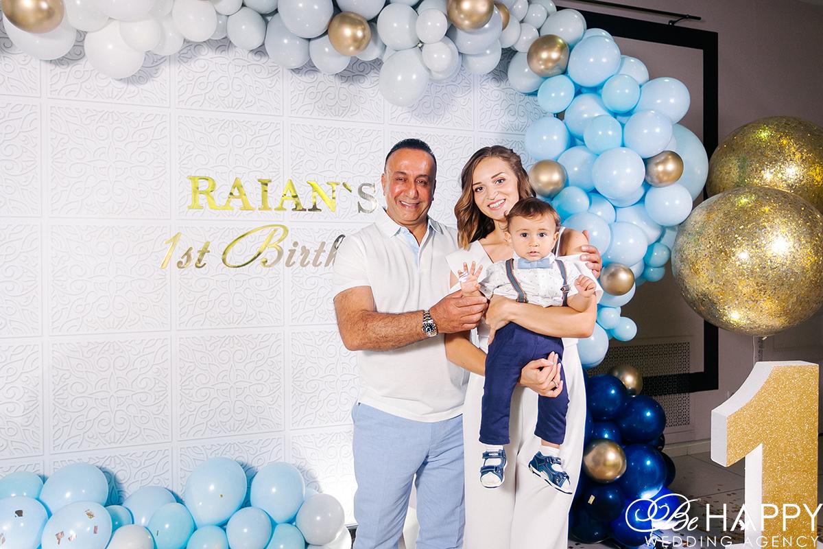 Фото именинника с родителями на фоне воздушных шаров
