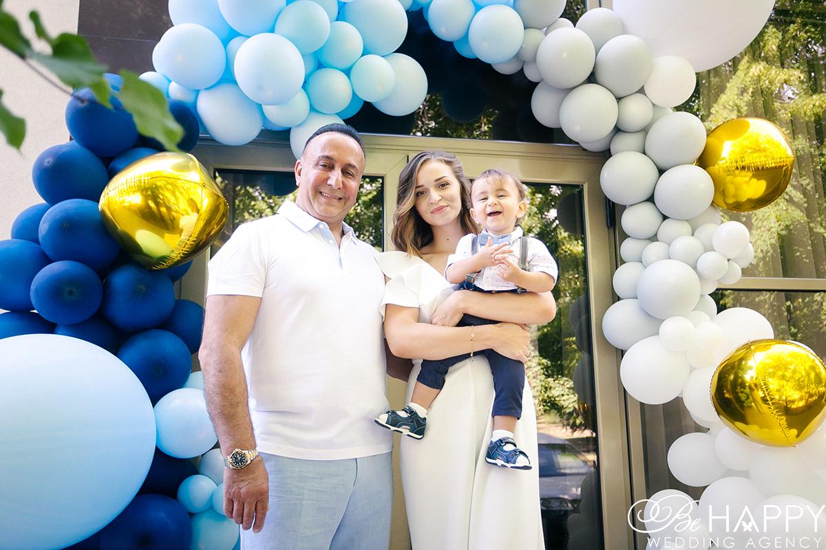 Смеющийся мальчик на руках у мамы и папы фото
