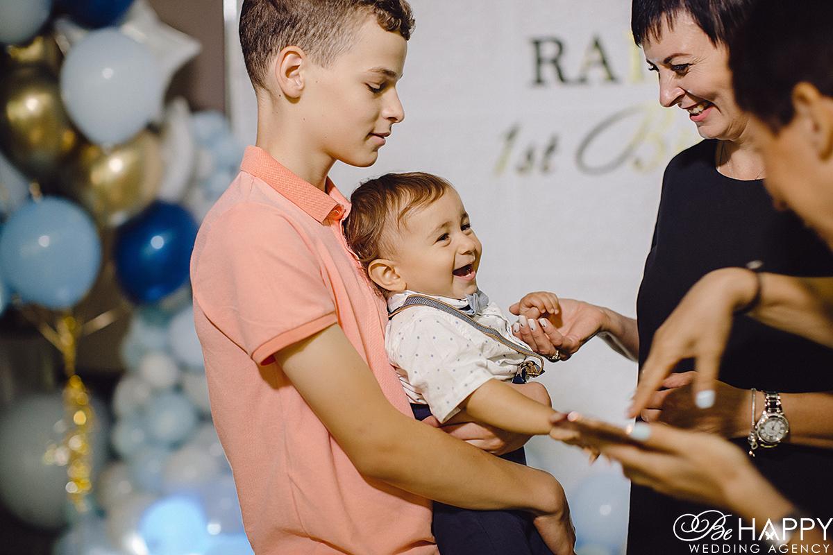 Фото мальчика с гостями на детском дне рожденья